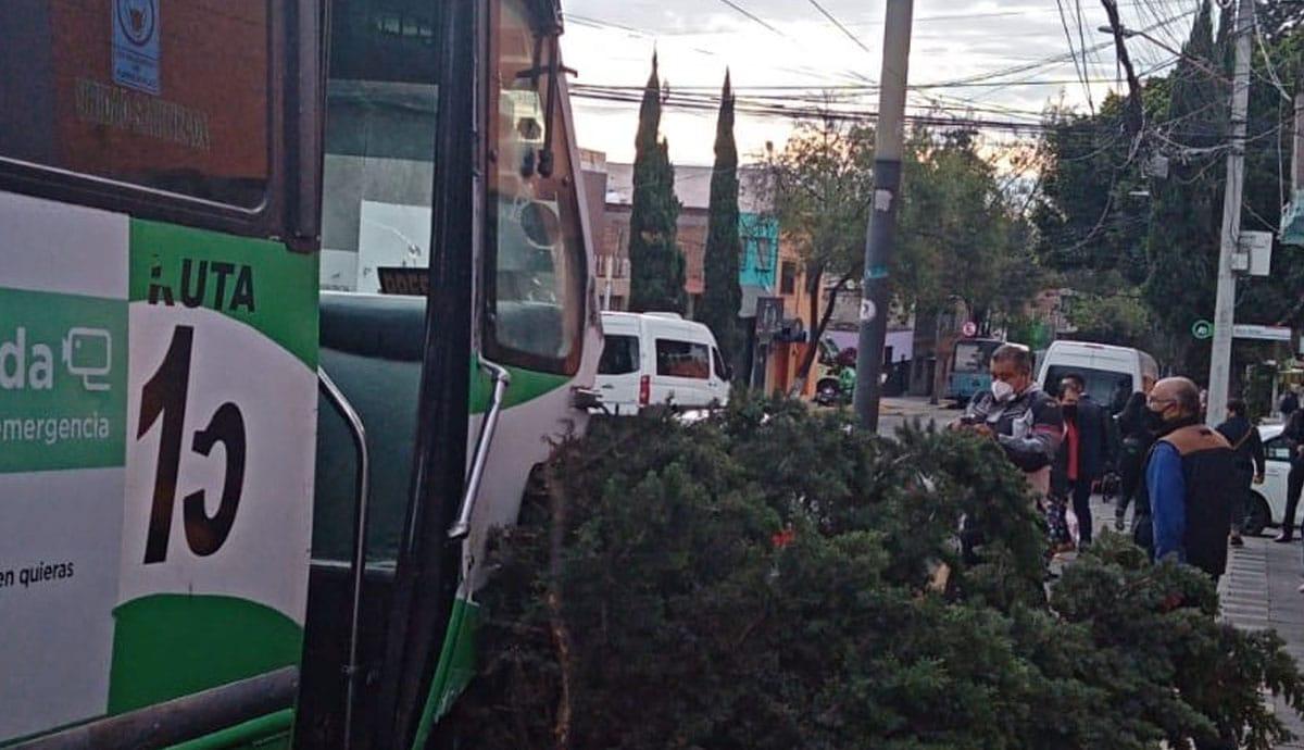 Camión-de-pasajeros-se-queda-sin-frenos-provoca-choque-múltiple