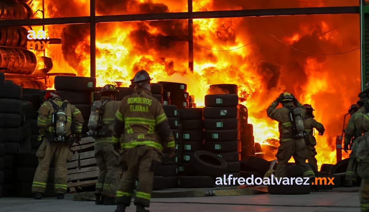 Fuerte-incendio-en-llantera-activan-5-estaciones-de-bomberos