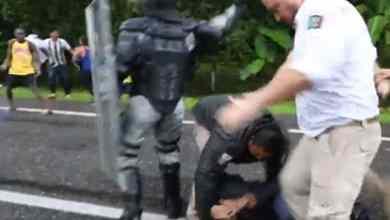 VIDEO-Captan-a-agente-pateando-la-cabeza-de-migrante