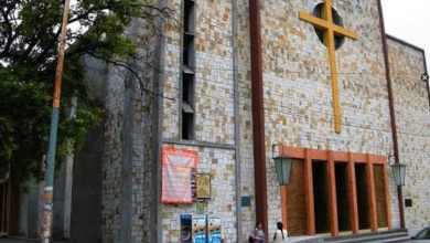 Suspenden-a-sacerdote-tras-ser-sorprendido-echando-novia