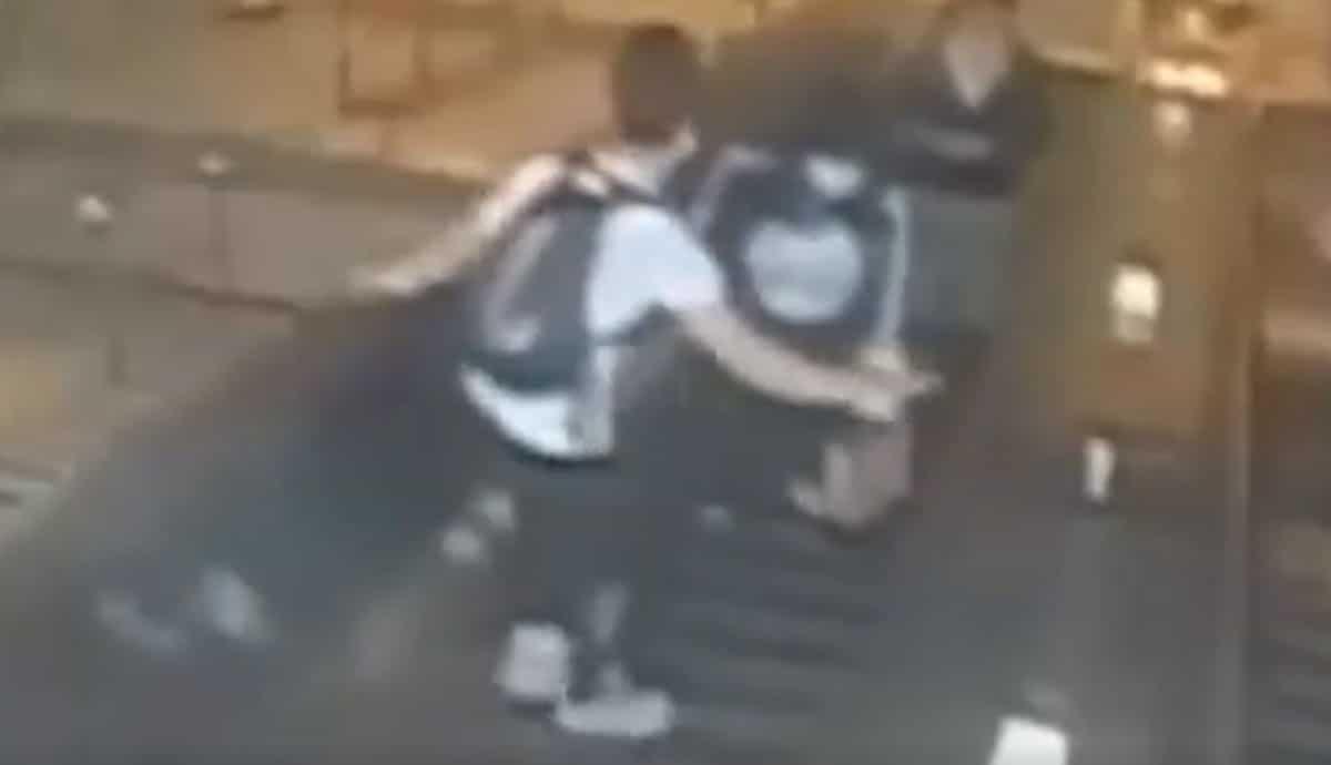 VIDEO-Sujeto-patea-y-lanza-a-mujer-por-escalera-mecánica