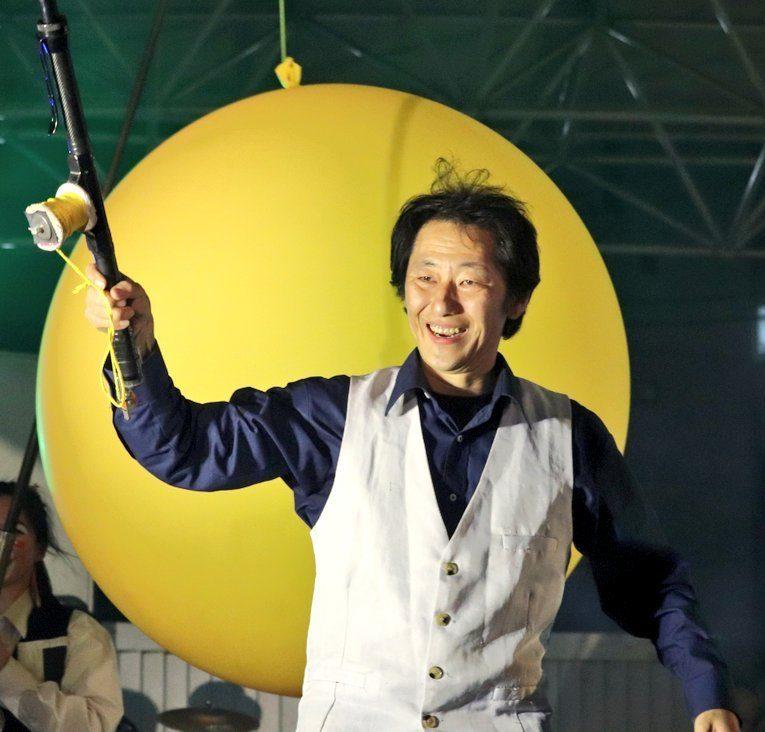 大道芸人 GEN(ジェン)が風船を持っている
