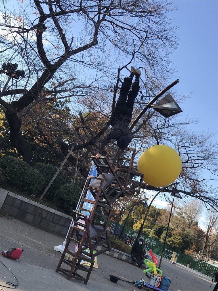 大道芸人GEN(ジェン)の椅子倒立上野公園のヘブンアーティスト