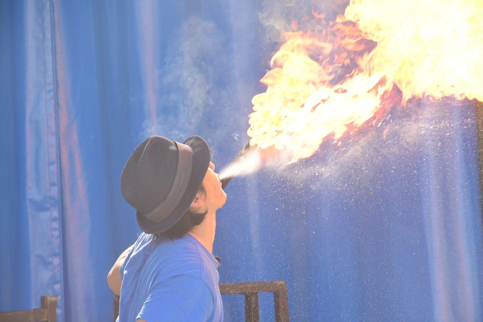 宇都宮動物園で大道芸人 GEN(ジェン)が火吹きを行っている。