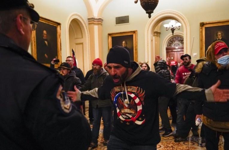 «Les manifestants sont dans le bâtiment»: le Capitole américain est verrouillé