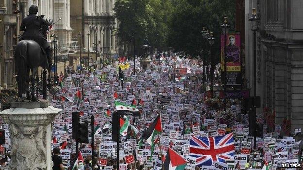 Royaume-Uni- Des milliers de personnes protestent contre les raids israéliens à Gaza