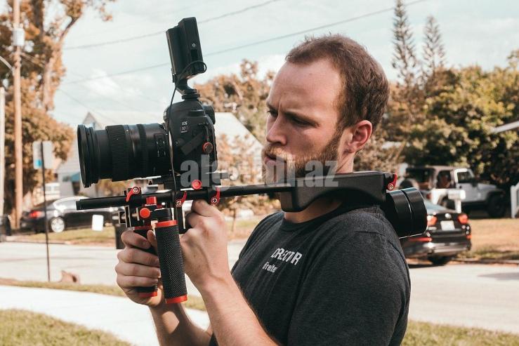 1200px-Videographer-using-DSLR