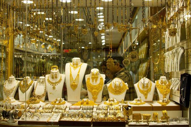 مصاغ ذهبي معغروض في احد واجهات المحال المتخصصة في العاصمة عمان