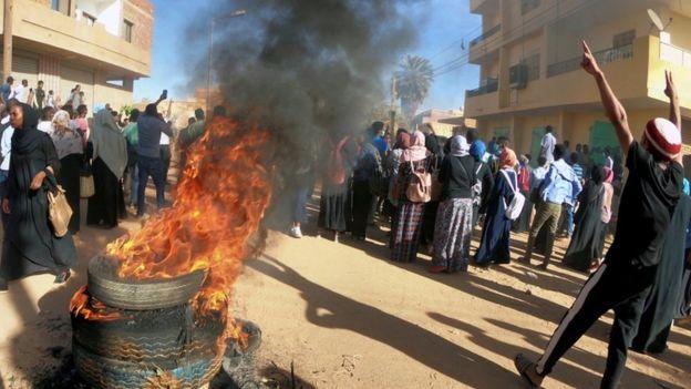 Photo of مظاهرات السودان: الرئيس عمر البشير يعين نائبا جديدا له ورئيسا للحكومة والاحتجاجات تتواصل