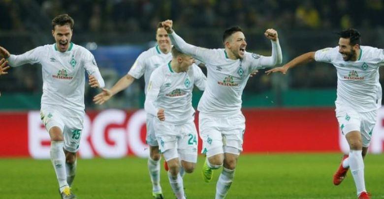 لاعبون من فيردر بريمن يحتفلون بالفوز على بروسيا دورتموند في كأس ألمانيا لكرة القدم- (رويترز)