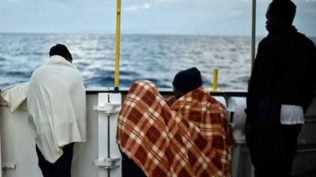 Photo of أنباء عن اختطاف مهاجرين لسفينة أنقذتهم قبالة السواحل الليبية