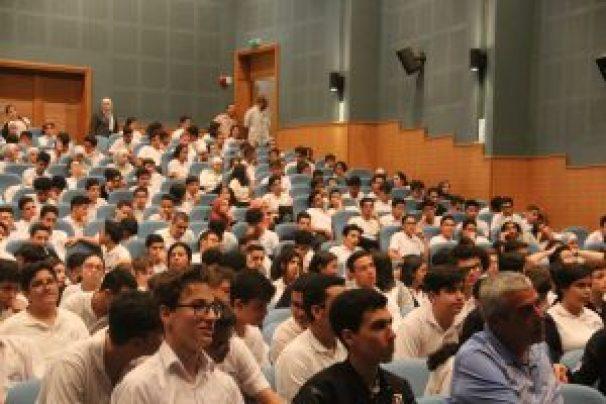 طلبة في معهد اليوبيل يستمعون لمحاضرة عن الانتخابات - من المصدر