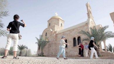سياح يتجولون في المنطقة المحيطة بالمغطس -(الغد)