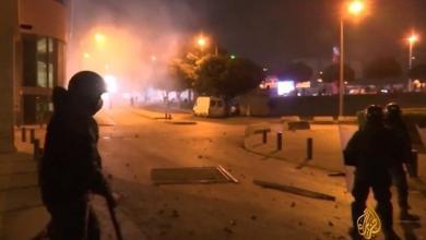 قوات مكافحة الشغب أطلقت قنابل الغاز المدمع لتفريق المناهضين للحراك من المنتمين إلى حركة أمل (الجزيرة)