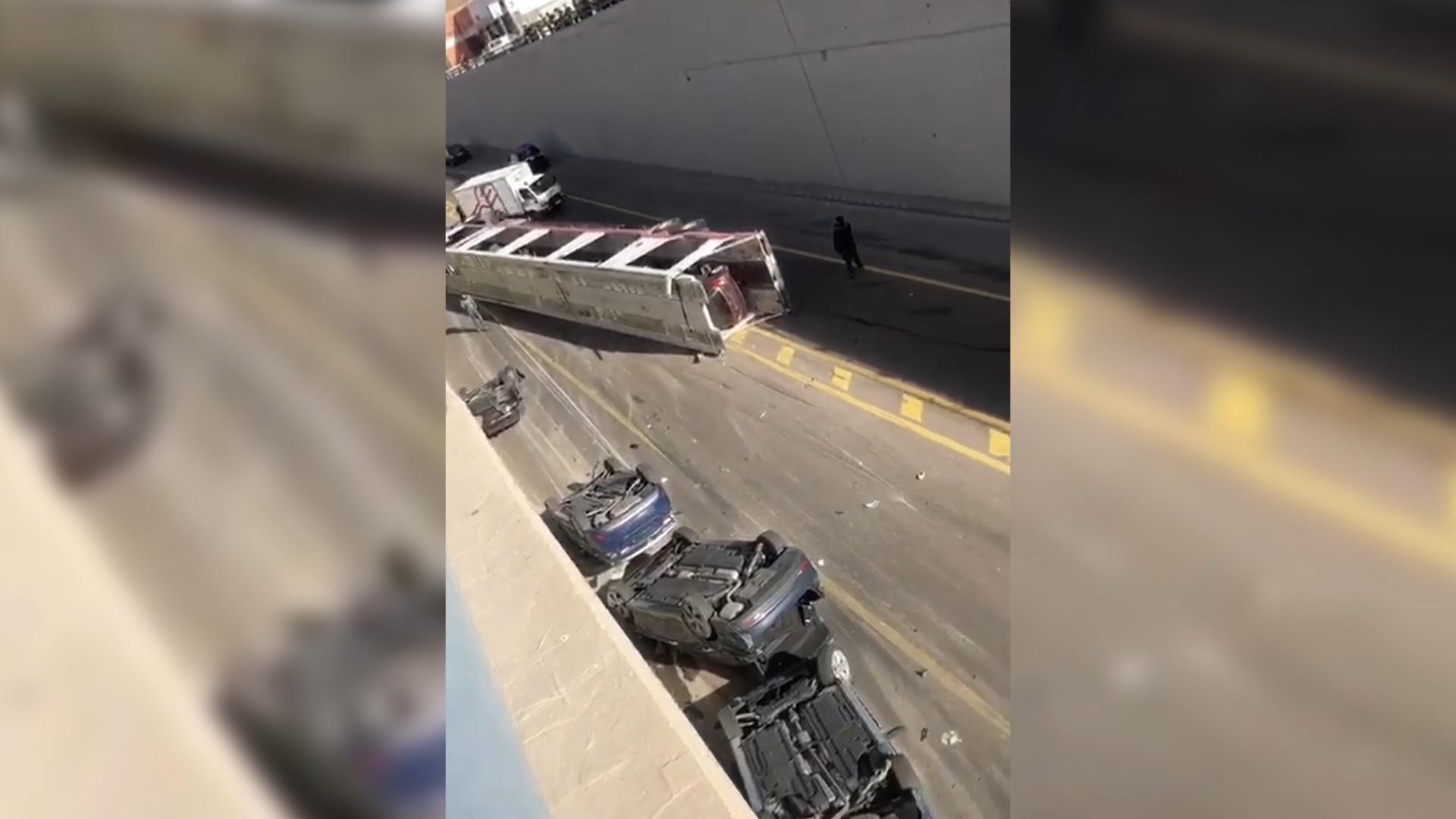 الشاحنة التي تدهورت