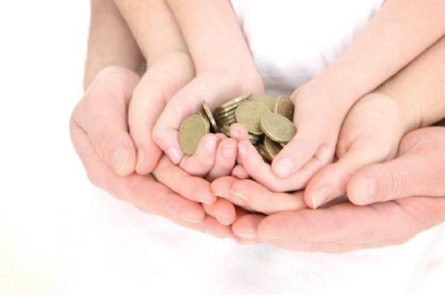 صورة تعبيرية لتشجيع الطفل على توفير المال