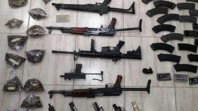 Photo of ضبط 11 قطعة سلاح ناري بعد مداهمة منزل في عمان