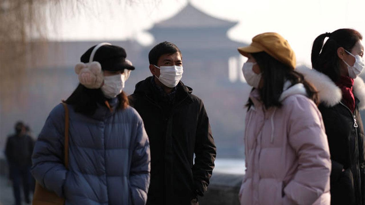 مواطنون يرتدون كماكمت وقاية من فيروس كورونا في الصين