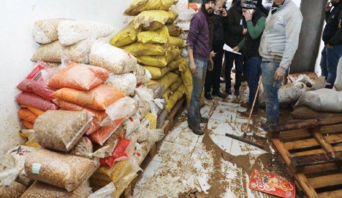 آثار مياه الأمطار التي دهمت أحد مخازن المواد الغذائية في منطقة وسط البلد - (الغد)