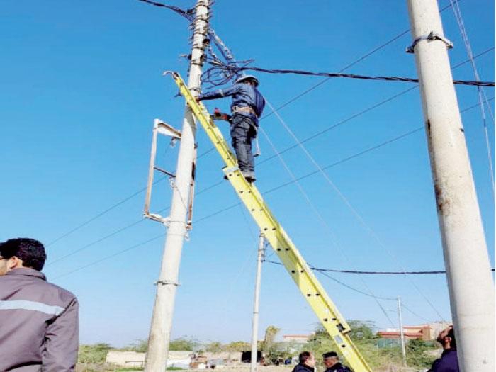 كوادر من شركة الكهرباء تقوم بإصلاحات-(الغد)