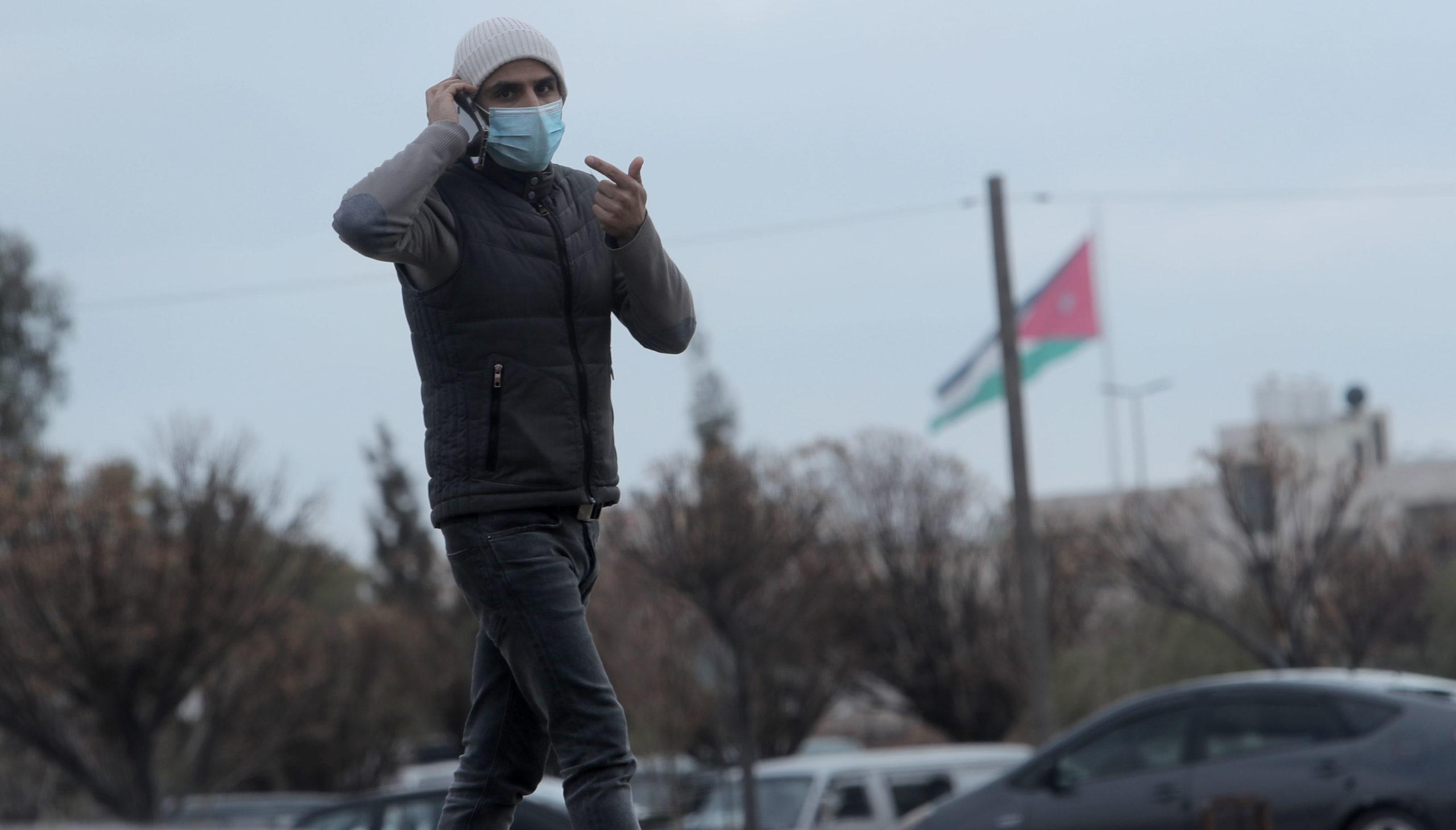 شاب يضع كمامة قرب مستشفى الأمير حمزة بالتزامن مع إعلان تسجيل أول إصابة بكورونا في المملكة قبل اسبوعين (تصوير محمد مغايضة)