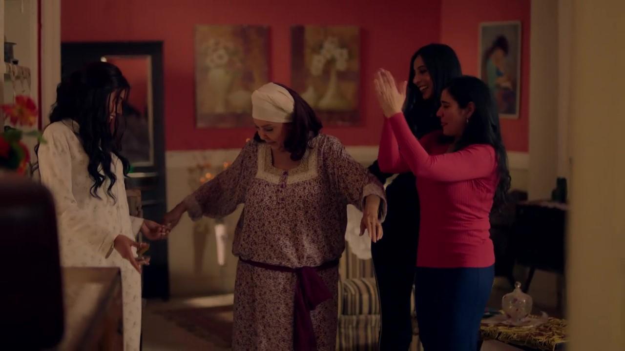 دينا الشربيني وهي ترقص مع رجاء الجداوي في مشهد من الحلقة 4 من مسلسل لعبة النسيان