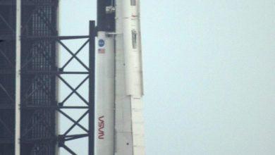 """اروخ شركة """"سبايس إكس"""" عند الساعة 4,33 بعد الظهر بالتوقيت المحلي (20,33 بتوقيت غرينيتش) مع مركبة """"كرو دراغون"""" الجديدة في مقدّمه من منصة الإطلاق """"إيه 39"""" في مركز كينيدي للفضاء- A F P"""