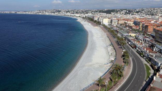 شاطئ خالي في فرنسا تخوفا من كورونا