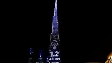 يتسابق المتبرعون لشراء المصابيح الموجودة في قمة البرج
