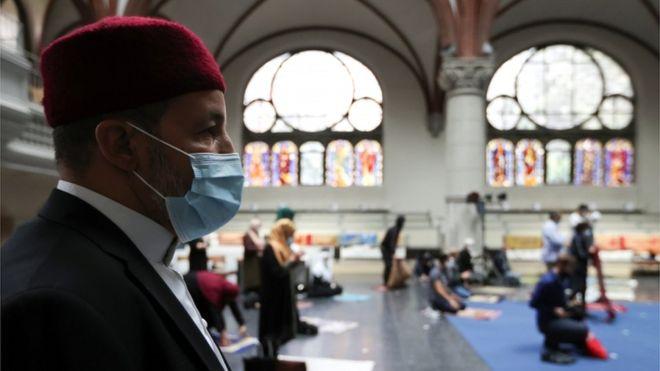 فتحت كنيسة في العاصمة الألمانية برلين أبوابها، للمصلين المسلمين غير القادرين على الصلاة في مسجدهم،