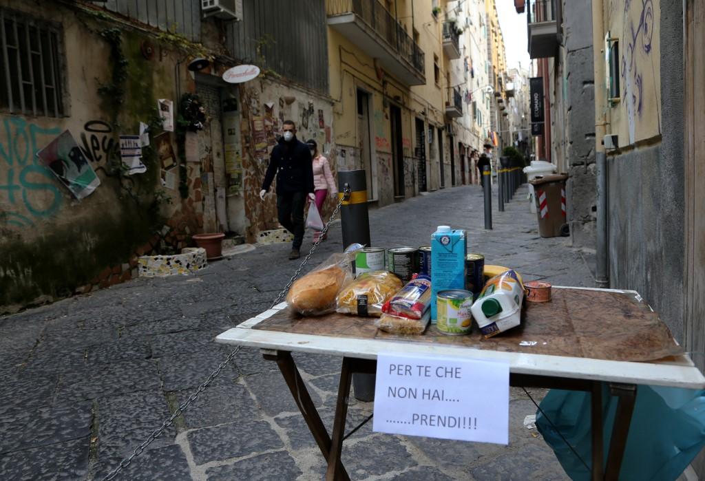 طاولة وضع عليها كعام لمن هم في حاحة له في احد شوارع روما، حيث تمر البلاد بظروف صعبة- وكالات