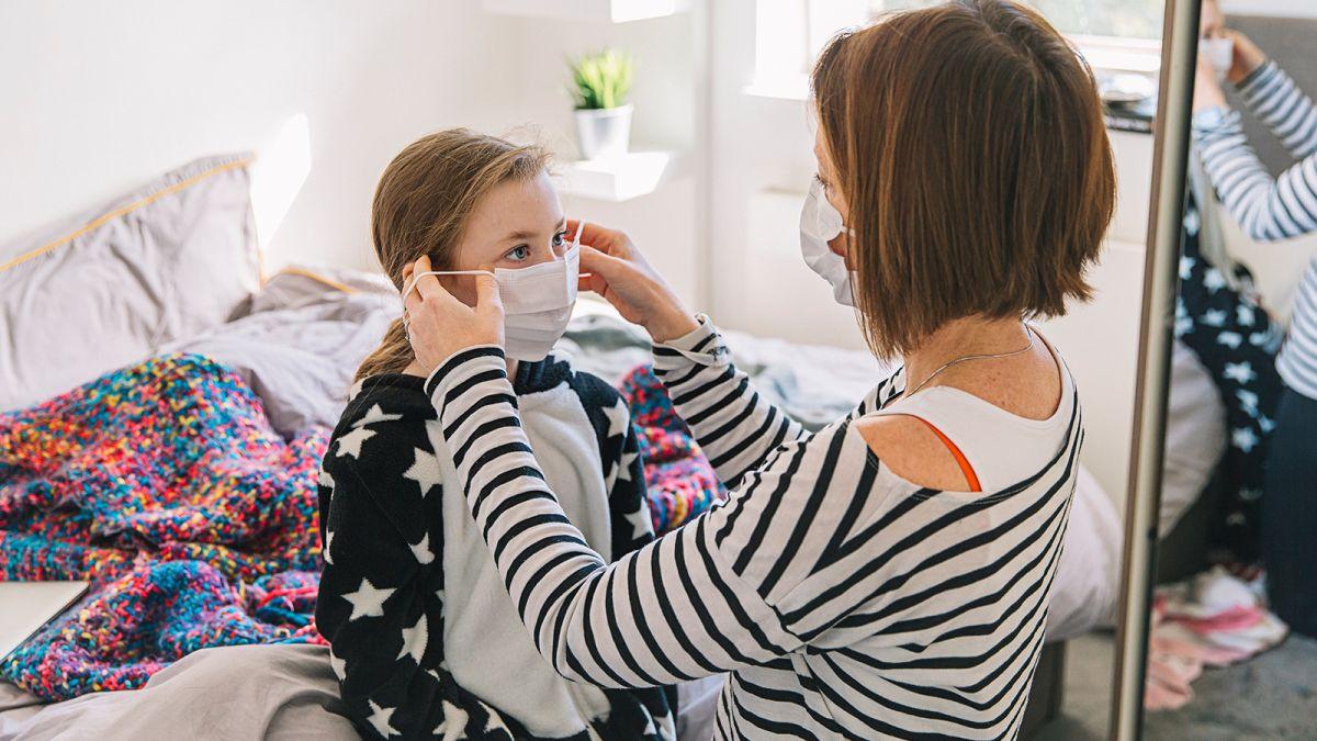 وجدت دراسة جديدة أن وضع قناع الوجه عند البقاء في المنزل يمكن أن يساعد في إبطاء انتشار فيروس كورونا المميت بين أفراد العائلة نفسها.