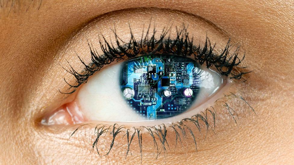 العيون تتواصل مع الدماغ