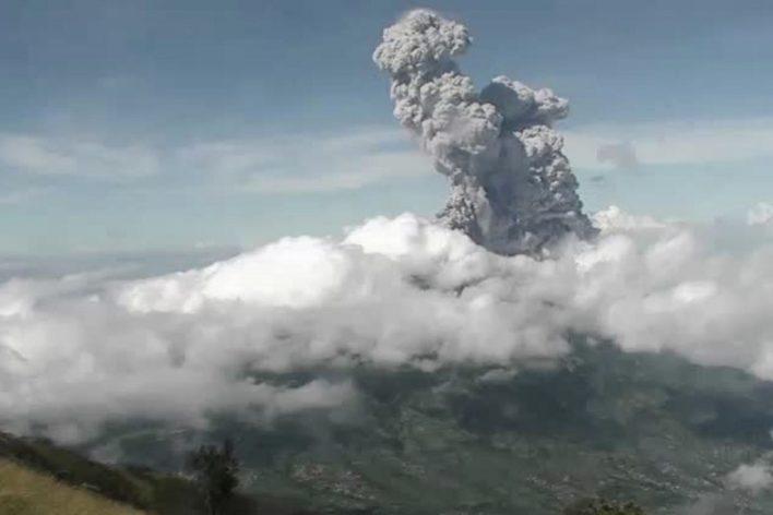 بركان ميرابي أثناء ثورانه- ا ف ب