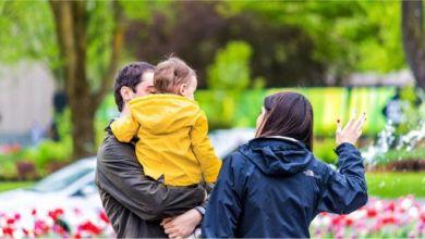 الطرق التي يتواصل بها الآباء مع أطفالهم لها تبعات واسعة النطاق على صحتهم النفسية وقدرتهم على التحكم في دوافعم وانفعالاتهم