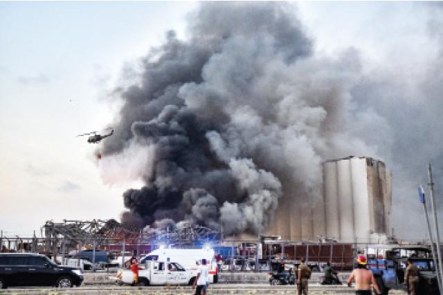 منظر عام لمنطقة الحريق في مرفأ بيروت ويظهر فيه عمليات إطفائه من الأجهزة المختصة .-(ا ف ب)