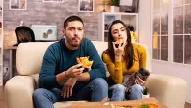 Photo of لماذا لا ينبغي تناول العشاء أمام التلفاز إذا كنت تحاول إنقاص وزنك؟