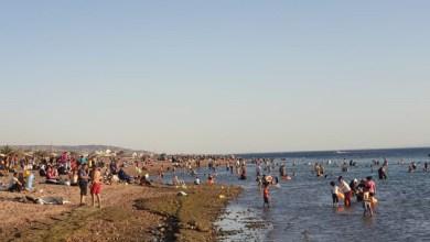 Photo of العقبة.. انقطاعات الكهرباء والحر يدفعان آلاف السكان إلى اللجوء للشواطئ
