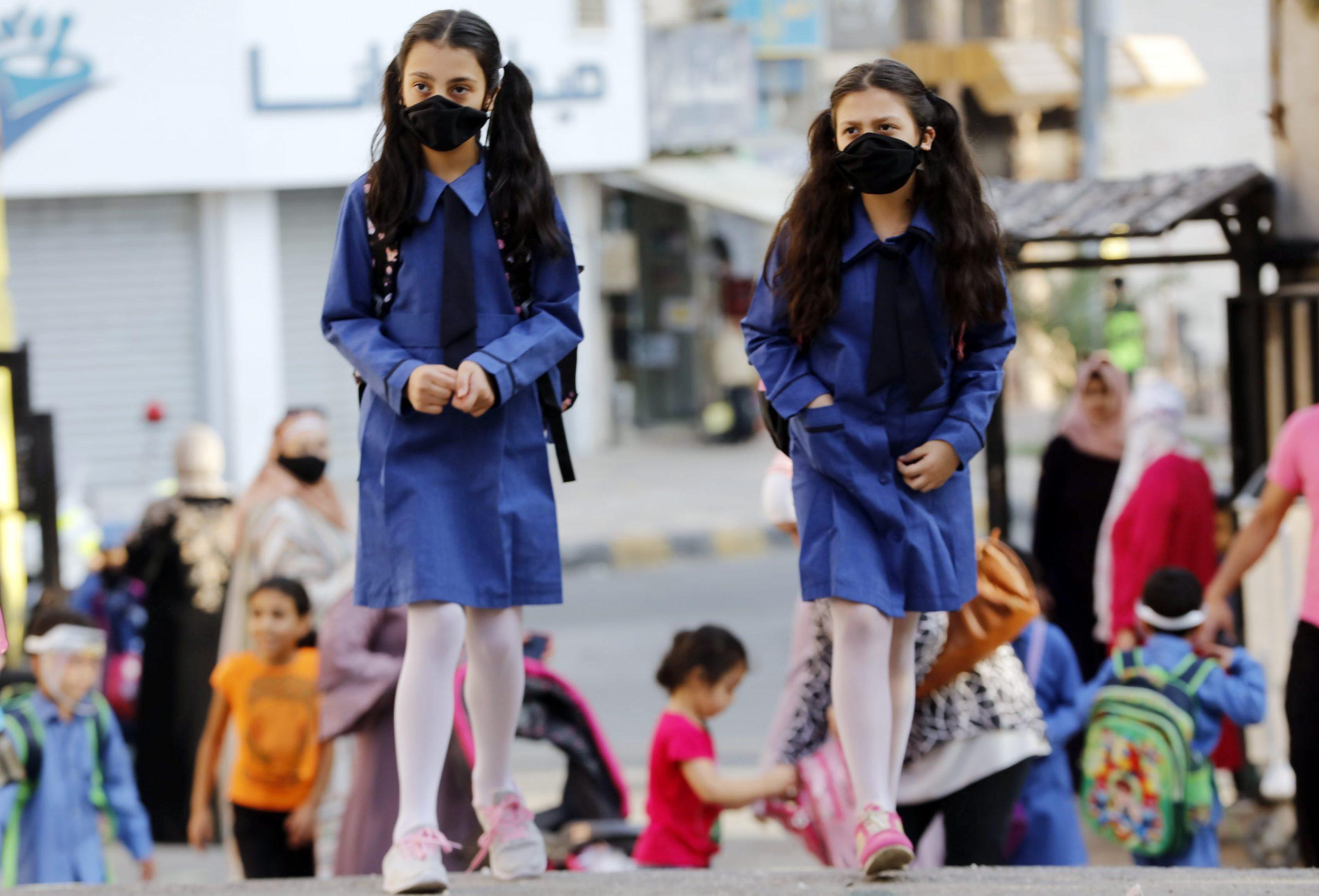 طالبتان اثناء مغادرتهما إحدى المدارس الحكومية في عمان -(تصوير: محمد مغايضة)