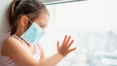 """Photo of دراسة: """"كورونا"""" قد يصيب الأطفال بالهلوسة والتلف الدماغي"""