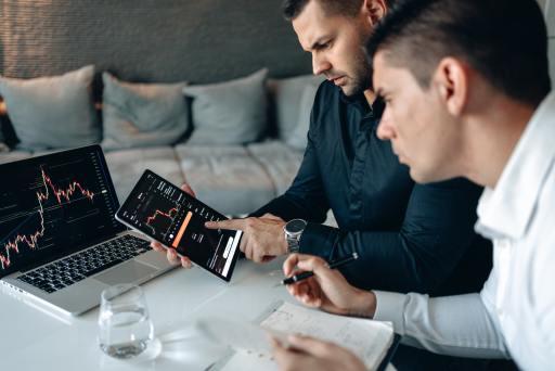 two digital marketers lookin at SEO statistics