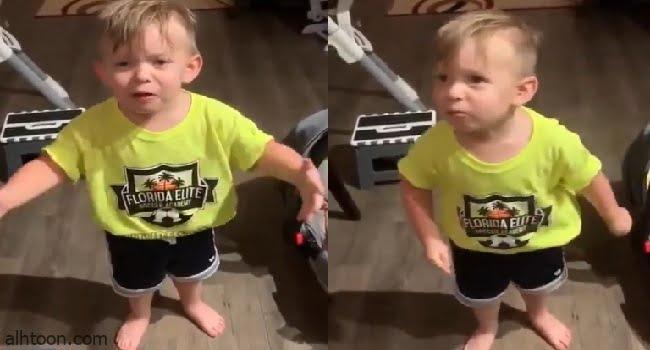 طفل يعبر عن غضبه بسبب والدته
