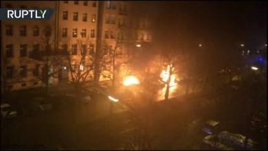 شاهد: لحظة احتراق سيارات في برلين - صحيفة هتون الدولية