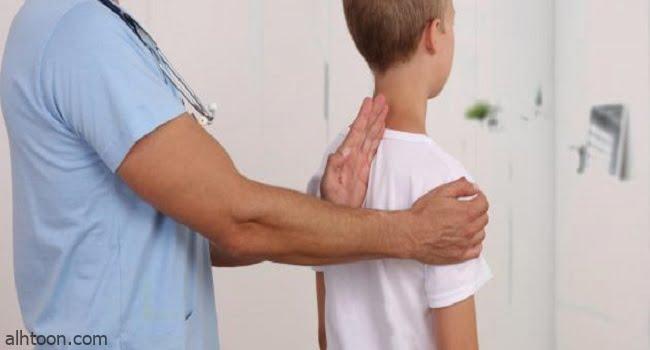 اسباب اعوجاج العمود الفقري عند الأطفال