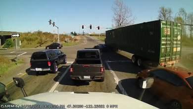 فيديو.. لحظة تصادم عنيف بين سيارة وشاحنة - صحيفة هتون الدولية