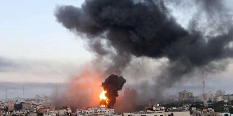 شاهد: شاب يدفن خطيبته بعد استشهادها في غزة - صحيفة هتون الدولية