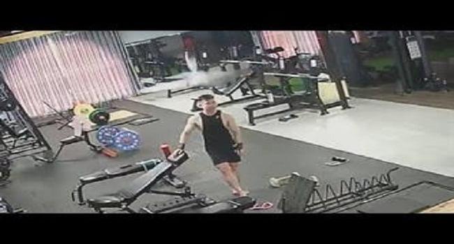 فيديو: مروحة تسقط على رأس شاب - صحيفة هتون الدولية