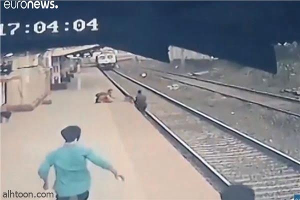 شاهد: سقوط رضيع تحت القطار - صحيفة هتون الدولية