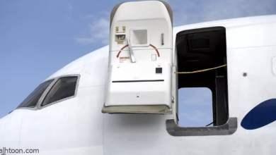شاهد: راكب يحاول فتح باب طائرة بالجو - صحيفة هتون الدولية