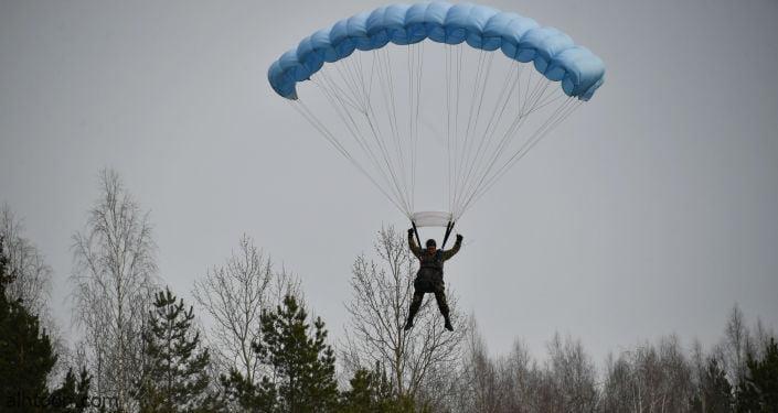 شاهد: مظلي يصطدم بمركبة أثناء الهبوط - صحيفة هتون الدولية